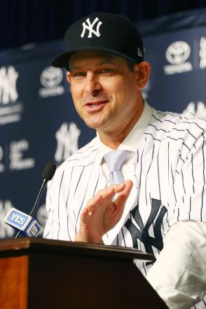 就任の記者会見をするヤンキースのアーロン・ブーン新監督=6日、ニューヨーク(ゲッティ=共同)