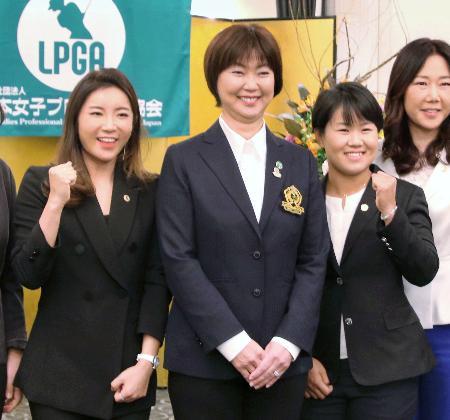 日本女子プロゴルフ協会の入会式で笑顔を見せる(左から)イ・ボミ、小林浩美会長、畑岡奈紗=7日、東京都内のホテル