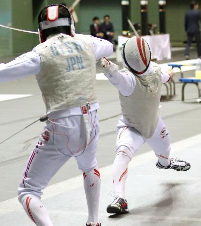 男子フルーレ個人で大石利樹(左)を破り、決勝進出を決めた西藤俊哉=駒沢体育館