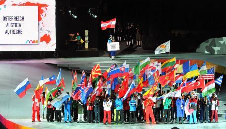 2012年1月、第1回冬季ユース五輪の開会式で入場する各国・地域の旗手=インスブルック(AP=共同)