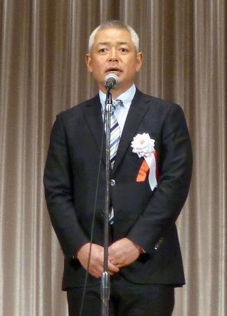 亜大野球部の創部60周年祝賀会であいさつする生田勉監督=9日、東京都内