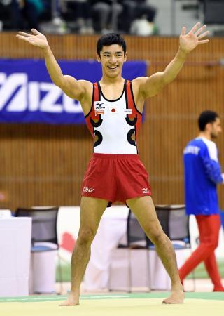 男子床運動の演技を終え、声援に応える白井健三=豊田市総合体育館