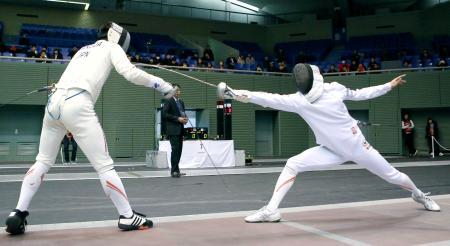 男子エペ個人で武田仁(左)を破り決勝進出を決めた山田優=駒沢体育館