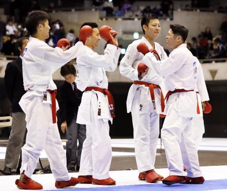 男子団体組手で優勝を決め、喜ぶ京都の選手たち=東京武道館