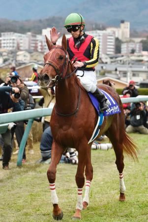 第69回阪神ジュベナイルフィリーズを制したラッキーライラックと石橋脩騎手=阪神競馬場