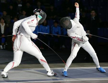 女子フルーレ決勝 阿部広美(左)を破り、初優勝した東晟良=駒沢体育館