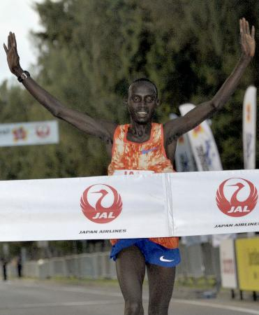 男子 2時間8分27秒の大会新で2連覇を果たしたケニアのローレンス・チェロノ=ホノルル
