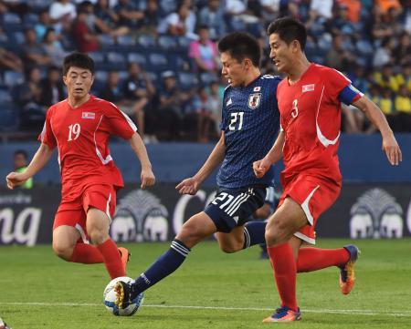 日本―北朝鮮 後半、自身2点目のゴールを決める上田(中央)=ブリラム(共同)