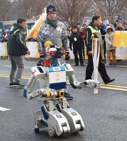 平昌冬季五輪の聖火リレーでランナーを務めた人型ロボット=11日、韓国・大田(聯合=共同)