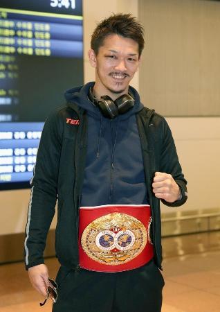 IBFスーパーフェザー級王座を獲得し、米国から帰国した尾川堅一=12月12日、羽田空港