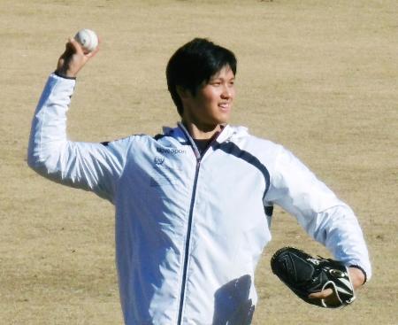 米ロサンゼルスから帰国し、キャッチボールで調整する大谷翔平選手=12日、千葉県鎌ケ谷市