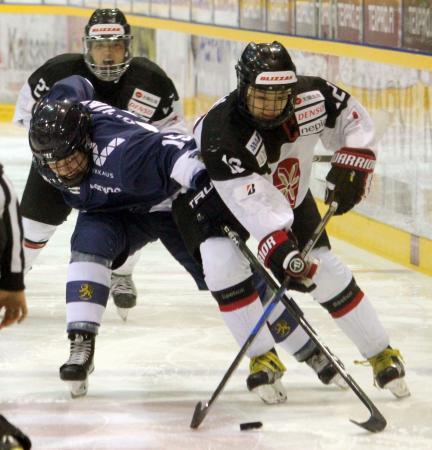 フィンランド戦で競り合う大沢(右)=ラウマ(共同)