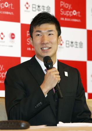 記者会見で来年4月から日本生命に所属すると発表する桐生祥秀選手=13日午後、東京都内のホテル