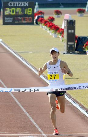 ゴールする大迫傑。2時間7分19秒で日本勢最高の3位となり、東京五輪のマラソン代表選考会の出場権を得た=平和台陸上競技場