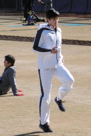 日本ハムの球団施設で体を動かす大谷翔平選手=12日、千葉県鎌ケ谷市