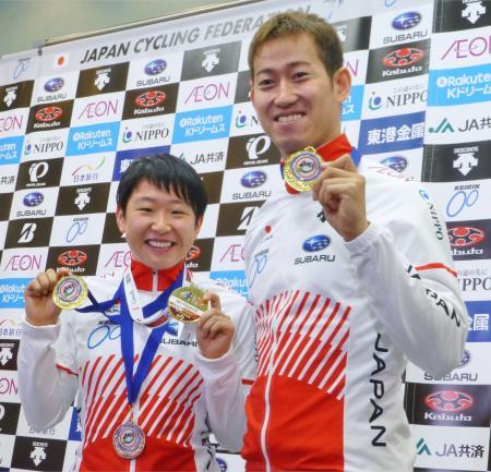 自転車トラック種目W杯で獲得したメダルを手にする梶原悠未(左)と脇本雄太=13日、羽田空港