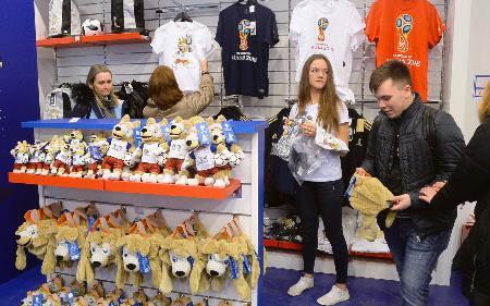 モスクワにオープンしたサッカーW杯ロシア大会の公式グッズ販売1号店=13日(共同)