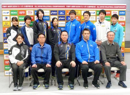 記者会見を終え、記念写真に納まる女子の久光製薬の酒井監督(前列中央)、栄主将(後列左から4人目)、男子の東レの小林監督(前列右から2人目)ら=14日午後、東京体育館