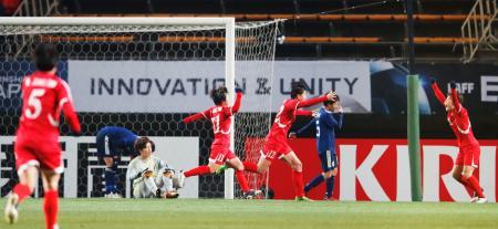 日本―北朝鮮 後半、2点目のゴールを奪われたGK池田(左から3人目)ら=フクアリ