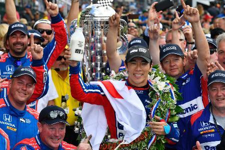 インディ500の優勝セレモニーで喜ぶ佐藤琢磨=Honda Racing