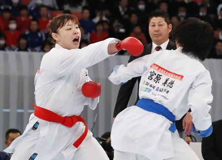 今年の全日本空手選手権の女子個人組手決勝。左が優勝の植草歩=10日、日本武道館