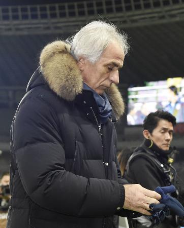 東アジアE―1選手権の韓国戦で惨敗し、引き揚げるハリルホジッチ監督=16日、味スタ