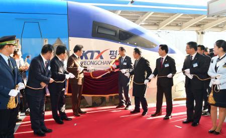韓国・江陵駅で行われた、ソウルと平昌冬季五輪の競技会場エリアを結ぶ高速鉄道の開通記念式典=21日(共同)