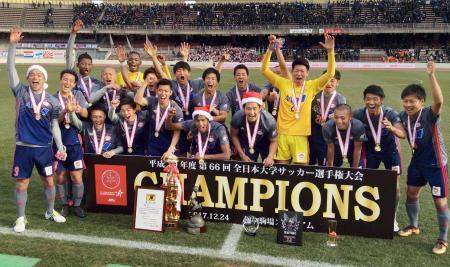 全日本大学選手権で優勝し、喜ぶ流通経大イレブン=浦和駒場