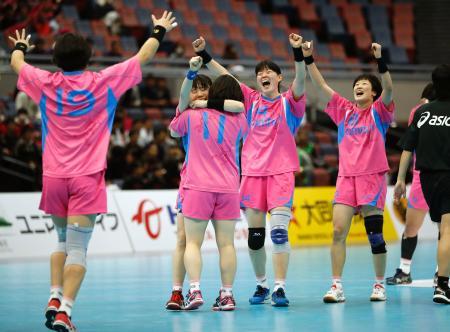 2大会連続19度目の優勝を果たし、喜ぶオムロンの選手=大阪市中央体育館