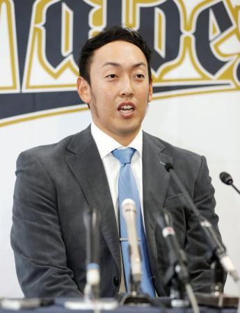 プロ野球オリックスから米大リーグのダイヤモンドバックスへの移籍が決まり、記者会見で抱負を語る平野佳寿投手=26日、大阪市