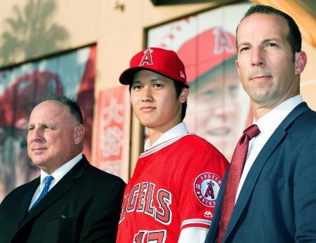 エンゼルスの入団記者会見で、記念写真に納まる大谷翔平選手。左はソーシア監督、右はエプラー・ゼネラルマネジャー=12月9日、アナハイム(共同)