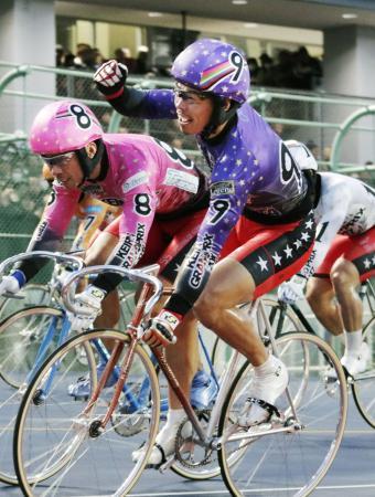 1着でゴールし、ガッツポーズする浅井康太。左は2着の武田豊樹=平塚競輪場
