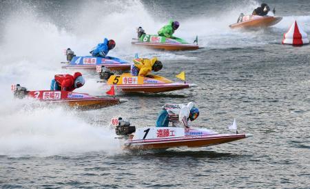 優勝戦の1周目2マークを先頭で回る遠藤エミ(1)=ボートレース大村