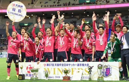 天皇杯で優勝を果たし喜ぶC大阪イレブン=埼玉スタジアム