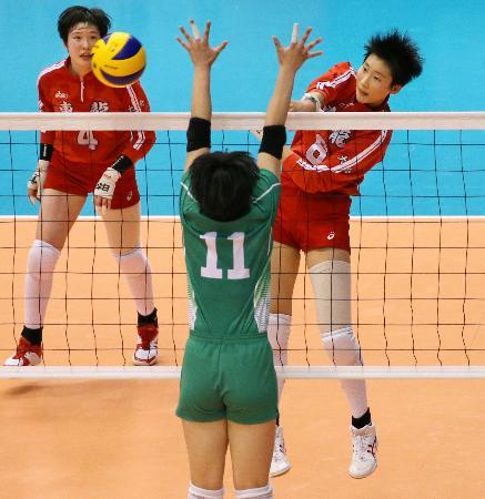八王子実践―東九州龍谷 第3セット、スパイクを決める東九州龍谷・平山=東京体育館