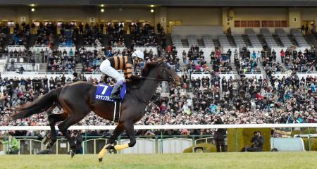 武豊騎手を背に、スタンドの大勢のファンの前を駆け抜けるキタサンブラック=7日、京都市の京都競馬場