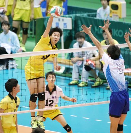 高川学園―鎮西 第2セット、スパイクを放つ鎮西・鍬田=東京体育館