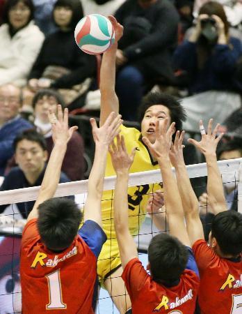 洛南―鎮西 第3セット、スパイクを決める鎮西・鍬田=東京体育館