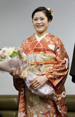 成人式の前に笑顔を見せるフィギュアスケート女子の宮原知子選手=8日、京都市