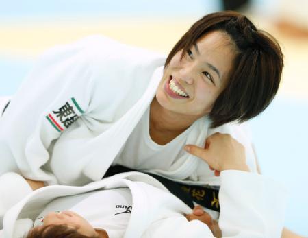 強化合宿で笑顔を見せる松本薫=味の素ナショナルトレーニングセンター