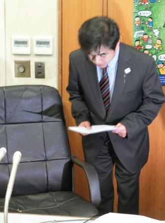 記者会見で謝罪する日本カヌー連盟の古谷利彦専務理事=9日午後、東京都渋谷区の岸記念体育会館