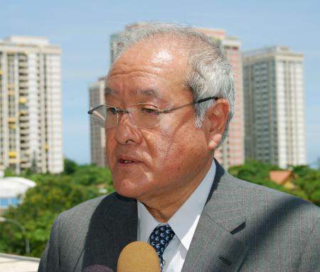 9日、ブラジル・リオデジャネイロで記者団の取材に応じる鈴木五輪相(共同)