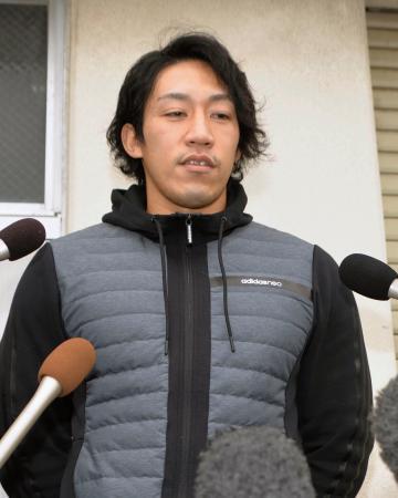 禁止薬物を混入されたことなどについて、取材に応じるカヌーの小松正治選手=10日午前、石川県小松市
