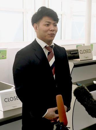 渡欧前に取材に応じる阿部一二三=10日、羽田空港