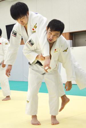 強化合宿で練習する高藤直寿(手前)=横浜市青葉区の国学院大