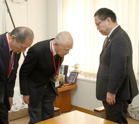 スポーツ庁を訪問し、今里譲次長(右)に謝罪する日本カヌー連盟の成田昌憲会長(中央)ら=11日午前、同庁