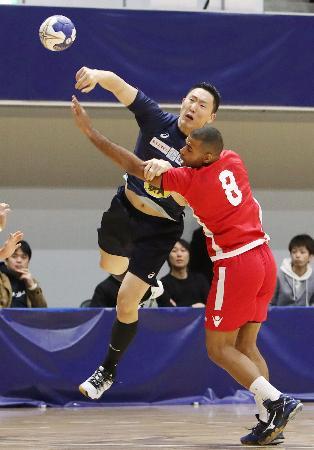 日本―バーレーン 前半、シュートを決める成田(左)=アリーナ立川立飛