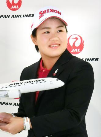 ゴルフの米ツアー出発前に記者会見し、笑顔の畑岡奈紗=15日、成田空港