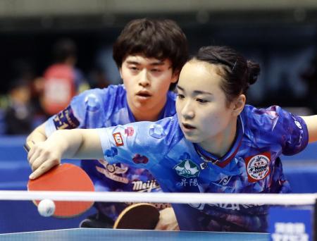 混合ダブルスで準決勝進出を決めた森薗(左)、伊藤組=東京体育館