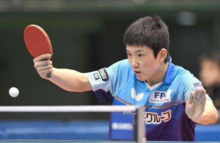 男子シングルスで準々決勝進出を決めた張本智和=東京体育館
